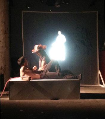 Es kommt viel zusammen: Blutentnahme, Erscheinen von Jessie, Colonal und Mutter führen im nächsten Moment auf die Bühne, Foto: Beatrix van Ooyen