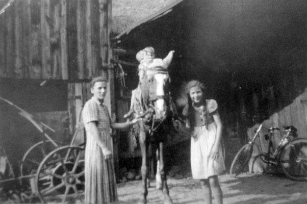 P. Mörler mit ihren Kindern (Reiten im Hof), Foto: Beatrix van Ooyen, Sammlung Anne Marie Mörler, Digital im ONLINE-MUSEUM BAD NAUHEIM