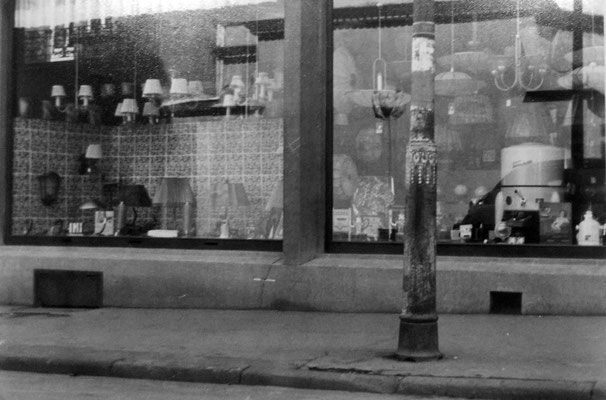 Im rechten Schaufenster steht eine Waschmaschine - rund und weiß !, Sammlung Marie-Luise Matla, geb. JOHN, Digital im ONLINE-MUSEUM BAD NAUHEIM