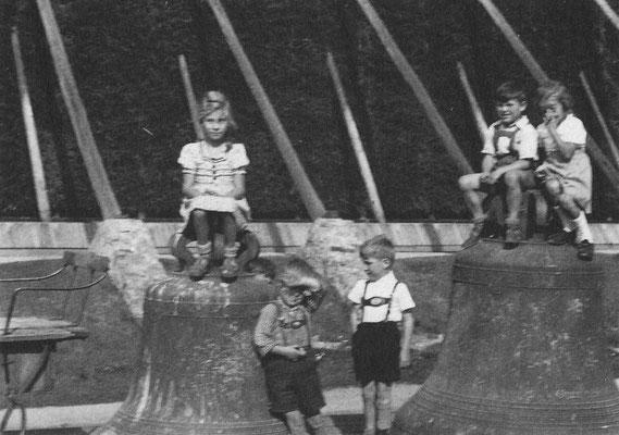 """Aus dem Buch von Karl Engel """"Bad Nauheim...aus vergangenen Tagen"""" - Die zu Kriegszwecken 1941 demontierten Kirchenglocken, zwischengelagert am Gradierbau am Ludwigsbrunnen"""