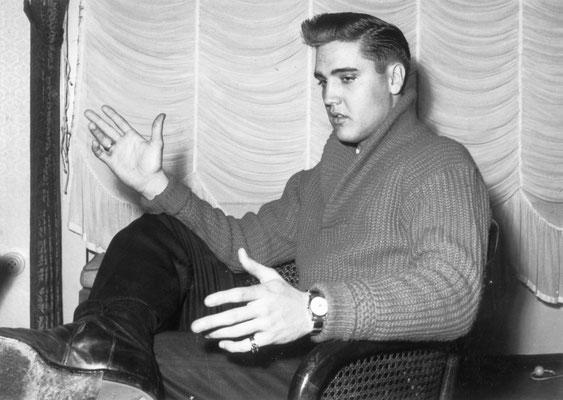 Elvis im Interview 1958 im Hotel Grunewald unter dem großen Spiegel an der Stelle, an der Rita Issberner-Haldane sich etwa 56 Jahre später von ihrem Hotel Grunewald verabschieden wird, Foto: Boelke Bad Nauheim