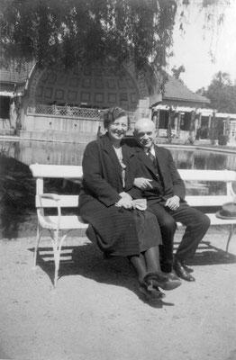 Clementine und August John in der Trinkkuranlage, Sammlung Marie-Luise Matla, geb. JOHN, Digital im ONLINE-MUSEUM BAD NAUHEIM;