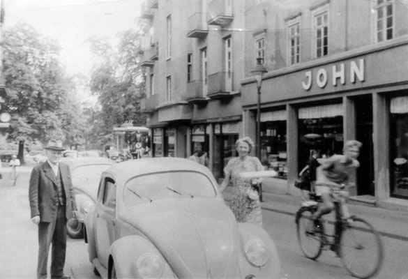 Stresemannstraße = Einbahnstraße von unten nach oben ! - VW mit August John und Louise John, Sammlung Marie-Luise Matla, geb. JOHN, Digital im ONLINE-MUSEUM BAD NAUHEIM