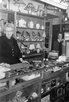 John senior an der Verkaufstheke, Sammlung Marie-Luise Matla, geb. JOHN, Digital im ONLINE-MUSEUM BAD NAUHEIM