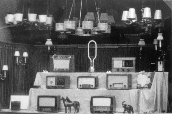 Schaufensterdekoration mit Pferden, Sammlung Marie-Luise Matla, geb. JOHN, Digital im ONLINE-MUSEUM BAD NAUHEIM