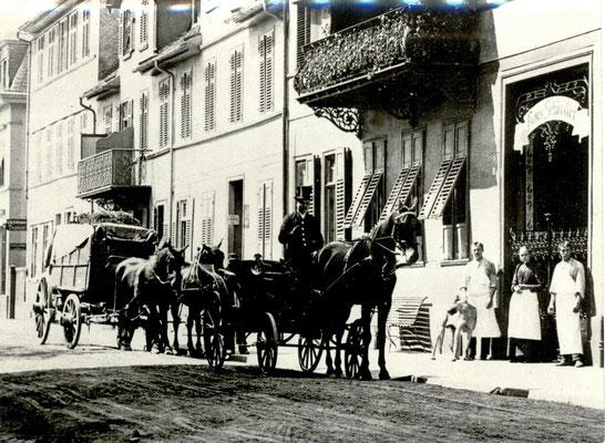 Pferdefuhrwerk und Kutsche vor dem Haus Schüssler, Foto von Familie Werle, Online-Museum Bad Nauheim