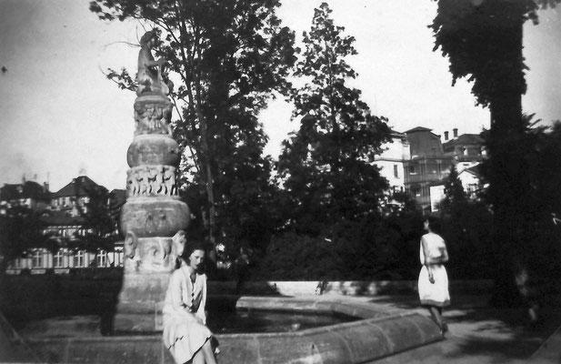 Louise John am Benekebrunnen, Sammlung Marie-Luise Matla, geb. JOHN, Digital im ONLINE-MUSEUM BAD NAUHEIM