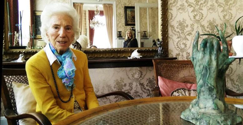 Rita Issberner-Haldane im Musikzimmer ihres Hotel Grunewald 2014, Sie zeigt, in welchem Stuhl Elvis vor 56 Jahren gesessen hat. Es ist ihr Abschied von diesem Haus. Foto: Beatrix van Ooyen