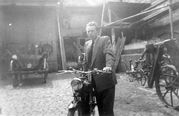 Familienmitglied mit Motorrad im Hof, Foto: Beatrix van Ooyen, Sammlung Anne Marie Mörler, Digital im ONLINE-MUSEUM BAD NAUHEIM