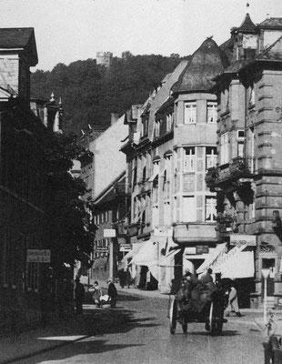 """Aus dem Buch von Karl Engel """"Bad Nauheim...aus vergangenen Tagen"""" - Die Hauptstrasse 1947: am rechten Bildrand ist der Karlshof zu erkennen. Es folgen das Haus von Alfred Weitz und das Haus der Großeltern von Karl Wilhelm Engel"""