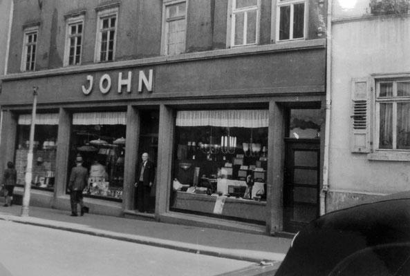 August John in der Eingangstür, Sammlung Marie-Luise Matla, geb. JOHN, Digital im ONLINE-MUSEUM BAD NAUHEIM