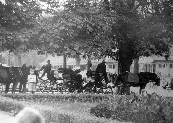 Droschken an der Dankeskirche (Warten auf Gäste), Foto: Karl Engel, abgelichtet von Beatrix van Ooyen, Sammlung Anne Marie Mörler, Digital im ONLINE-MUSEUM BAD NAUHEIM