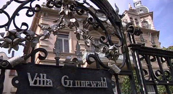 """Tor zur Villa Grunewald, Terrassenstraße 10: SCREENSHOT vom HR-Film """"Leckerbissen für Kurgäste und Elvis-Fans"""", von Nina Thomas und Bernd Kliebhan, 14.11.2015"""