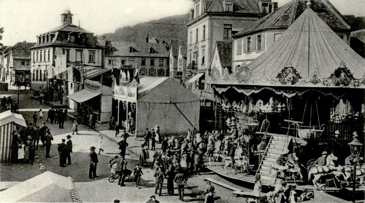 """Kirmes auf dem Marktplatz am alten Rathaus, """"Fidele Grüße aus Bad Nauheim"""" Foto von Familie Werle, Online-Museum Bad Nauheim"""