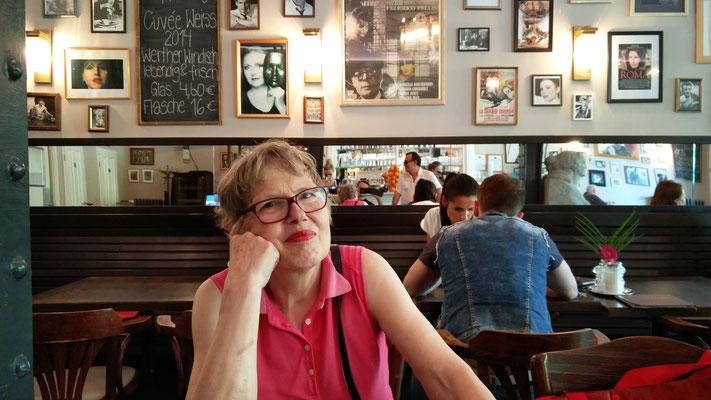 Dorothee Powilleit genießt im Fellini die Kurstraße 3