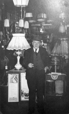August John mit Lampe, Sammlung Marie-Luise Matla, geb. JOHN, Digital im ONLINE-MUSEUM BAD NAUHEIM