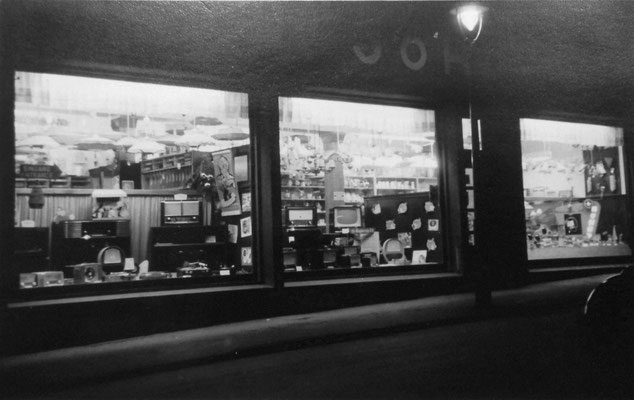 Schaufenster-Abendbeleuchtung, Sammlung Marie-Luise Matla, geb. JOHN, Digital im ONLINE-MUSEUM BAD NAUHEIM