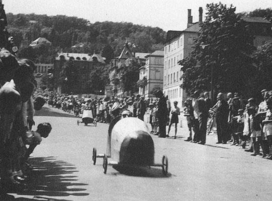 """Aus dem Buch von Karl Engel """"Bad Nauheim...aus vergangenen Tagen"""" - Seifenkistenrennen im Juli 1949 auf der Parkstrasse"""