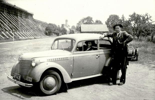 Mit dem Auto an der Langen Wand in Bad Nauheim, Foto von Familie Werle, Online-Museum Bad Nauheim