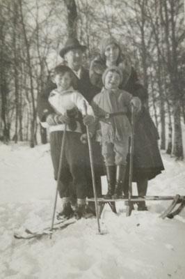 Roland mit seinen Eltern und seinem Bruder -  Sammlung Roland Hynitzsch, Digitale Leihgabe ans ONLINE-MUSEUM BAD NAUHEIM, Foto: Beatrix van Ooyen