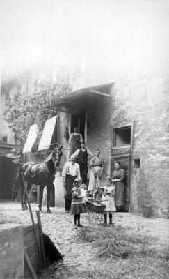 Im alten Mörler Haus / Hofreite am Burgtor (Später Metzgerscher Hof), Foto: Sammlung Anne Marie Mörler, Digital im ONLINE-MUSEUM BAD NAUHEIM