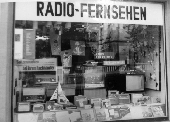 Hier wurde z.B. bei einer Fussballübertragung der Fernseher im Fenster eingeschaltet; lockte viele Zuschauer auf der Straße an, Sammlung Marie-Luise Matla, geb. JOHN, Digital im ONLINE-MUSEUM BAD NAUHEIM