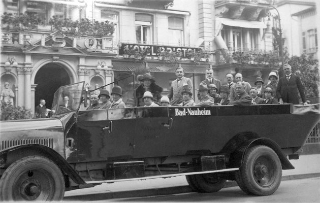 Ausflugsbus vor dem Hotel Bristol, Sammlung Marie-Luise Matla, geb. JOHN, Digital im ONLINE-MUSEUM BAD NAUHEIM