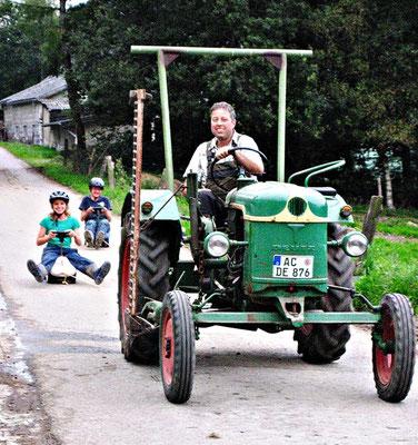 Traktor fahren beim bauernhofurlaub eifel