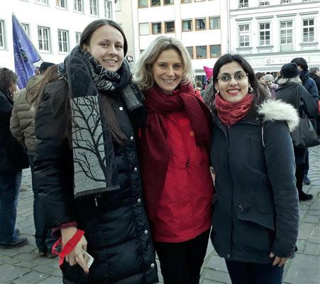 Dr. Anna Köbberling, unsere MdL, mit Nina und Yasmin