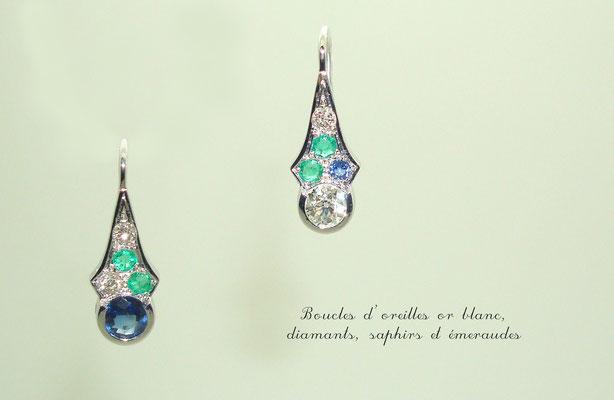 boucles d'oreilles or blanc, diamants, émeraudes et saphirs