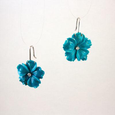 boucles d'oreilles or blanc, fleurs turquoise et pistils diamants