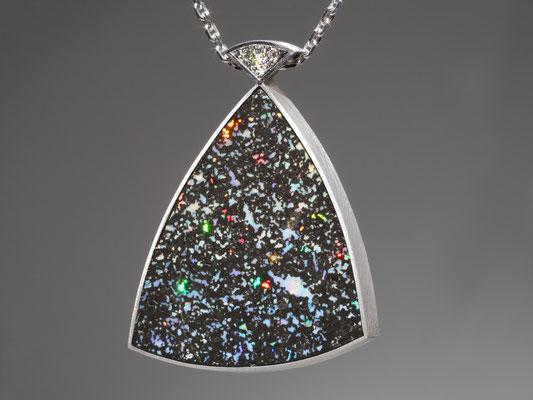 pendentif or blanc brossé, opale léopard et diamants