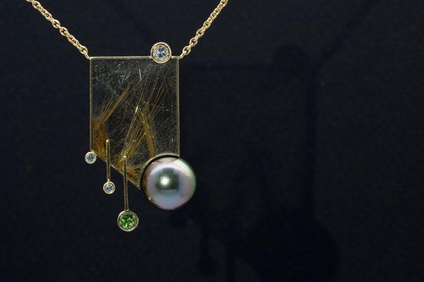 collier or jaune, plaque quartz rutile, perle de tahiti, diamants et grenat démantoïde