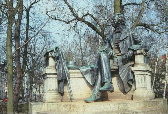 Neuruppin, Fontane-Denkmal 3; Photographie: H.Leisering, Nienburg