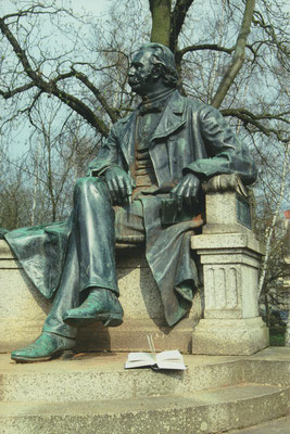 Neuruppin, Fontane-Denkmal 1; Photographie: H.Leisering, Nienburg