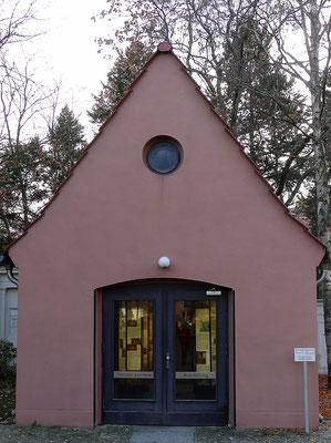 Gedenkstätte Theodor Fontanes in der ehemaligen Kapelle des Hugenottenfriedhofs Berlin Liesenstraße; Foto: Joachim Kusserow