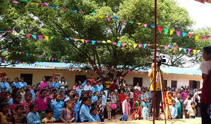 Text zum Bild: Die Feier zur offiziellen Übergabe der neuen Klassenräume der Schule in Chawadi, wo derzeit über 600 Schüler lernen.