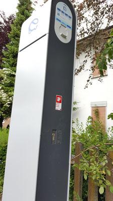 Die neue Ladesäule sichert die Energieversorgung des E-Mobils