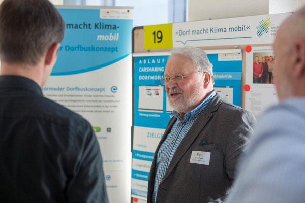 """Franz Pieper stellt das Projekt """"Dorf macht Klima-mobil"""" Interessenten vor (Foto: Zukunftsnetz Mobilität NRW)"""