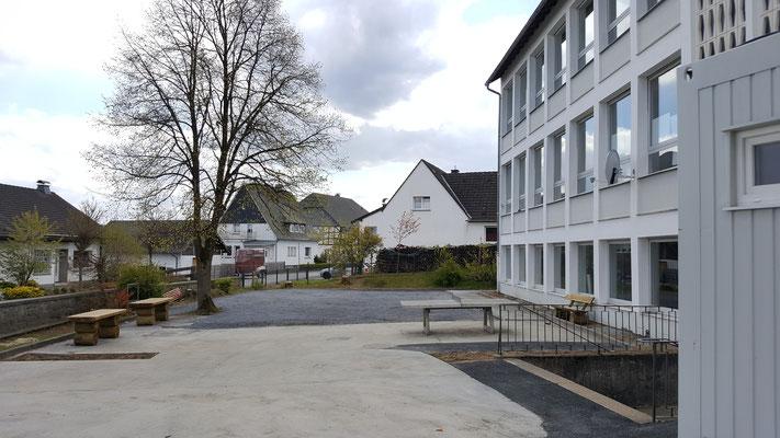 Blick Richtung künftiges Mini-Fußballfeld, zentraler Freisitz und Westtribüne
