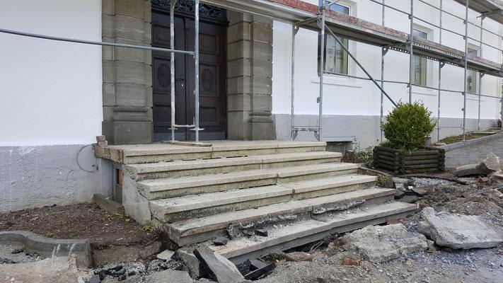 Das Geländer des Haupteinganges wurde bereits entfernt um es zu erweitern, es folgt noch der Bau einer Rampe