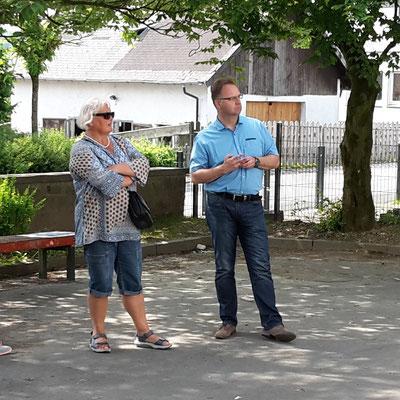 Hildegard Thiel mit Stefan Redder bei der Warsteiner Projektetour im Sommer 2016