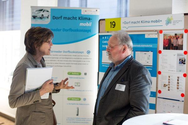 Franz Pieper diskutiert mit einer Besucherin über das Thema Mobilität im ländlichen Raum (Foto: Zukunftsnetz Mobilität NRW)
