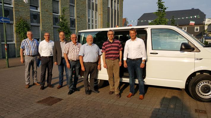 Der engere Vorstand und die kommunalen Vertreter vor dem Transporter