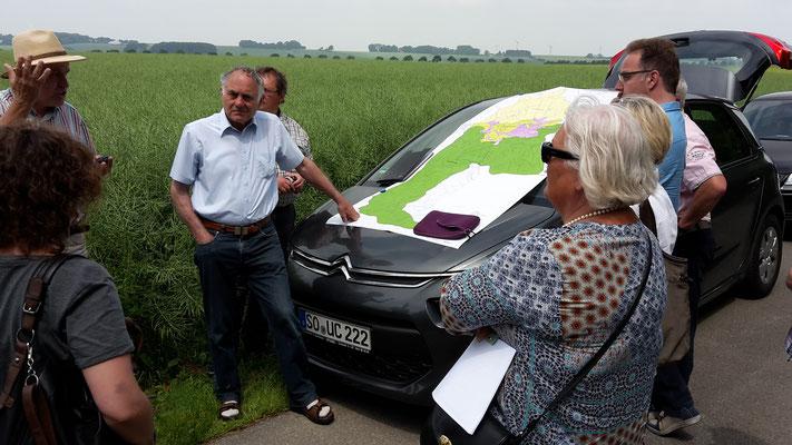 """Hildegard Thiel (rechts) informiert sich bei der Projektetour über """"3 Landschaftserlebniswelten – Möhnetal"""""""