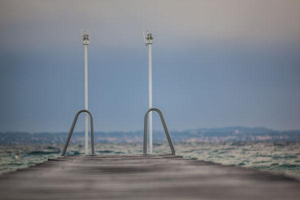 Nebel und eintönige Stimmung am Gardasee in Italien