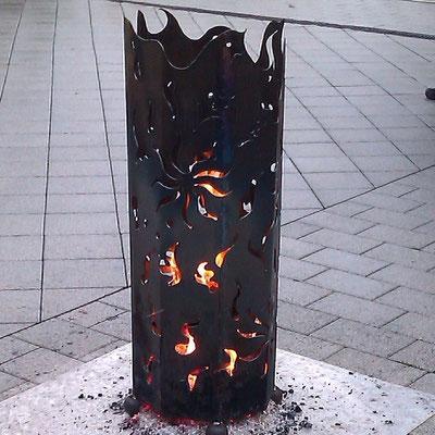 Feuersäule beheizbar mit Holzscheitern