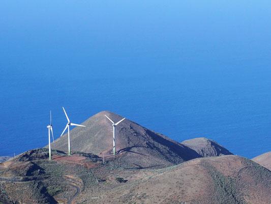 Teil des Windparks vom Dorf Tiñor aus gesehen