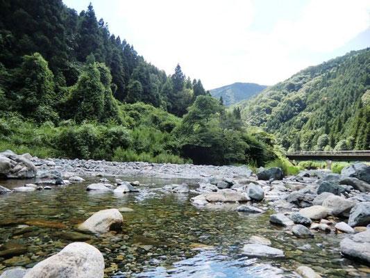 ④YMCAの近くを流れる水内川。夏休みには、YMCAに泊まった子どもたちの歓声が聞こえます。初夏には蛍が飛び交う素敵な場所です。