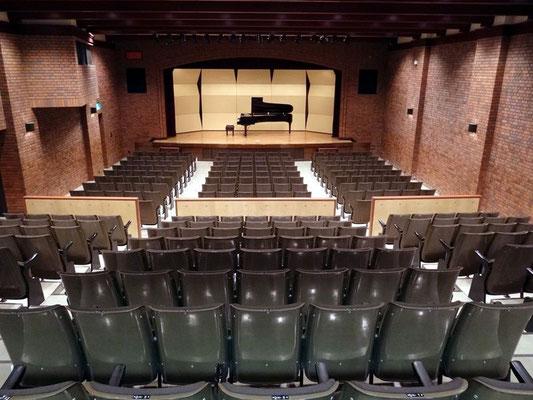 285名収容劇場型ホール さまざまなニーズにお応えします